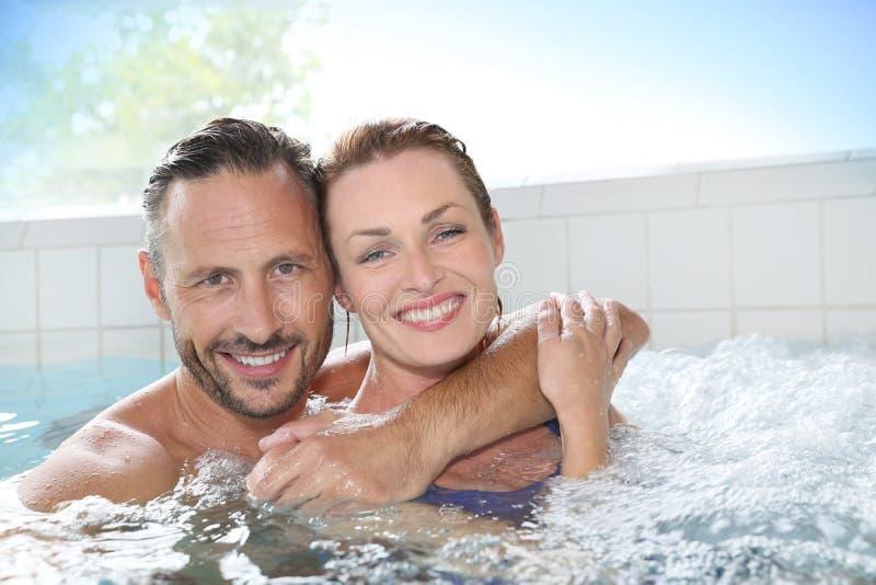 Couples appréciant au centre de station thermale photos libres de droits