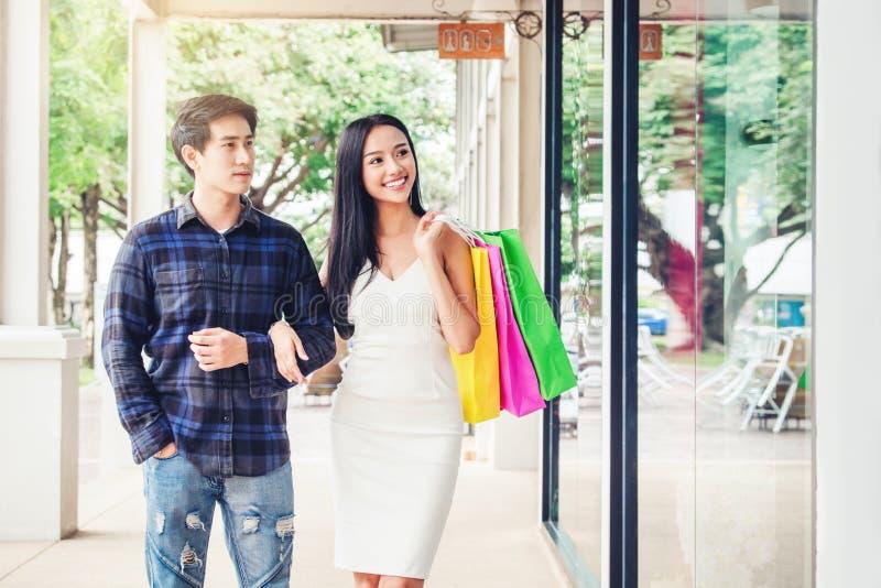Couples appréciant des achats romans de mode de paniers de dépense photo stock