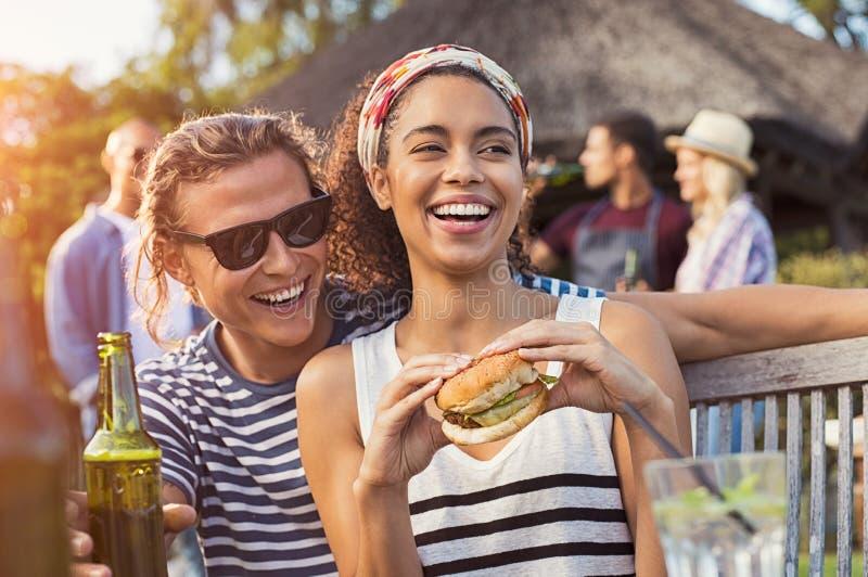 Couples appréciant la nourriture et les boissons à la partie image libre de droits