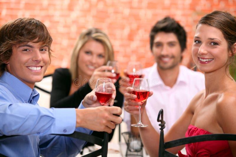 2 couples appréciant le repas photo libre de droits