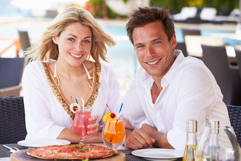 Couples appréciant le repas dans le restaurant extérieur photo stock