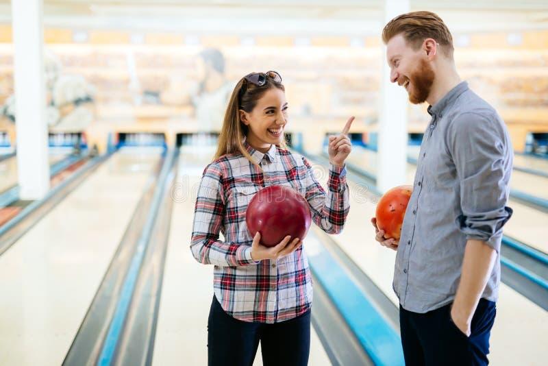 Couples appréciant le roulement ensemble images stock