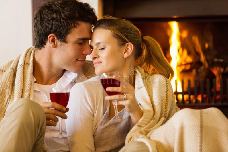 Couples appréciant le temps ensemble images libres de droits