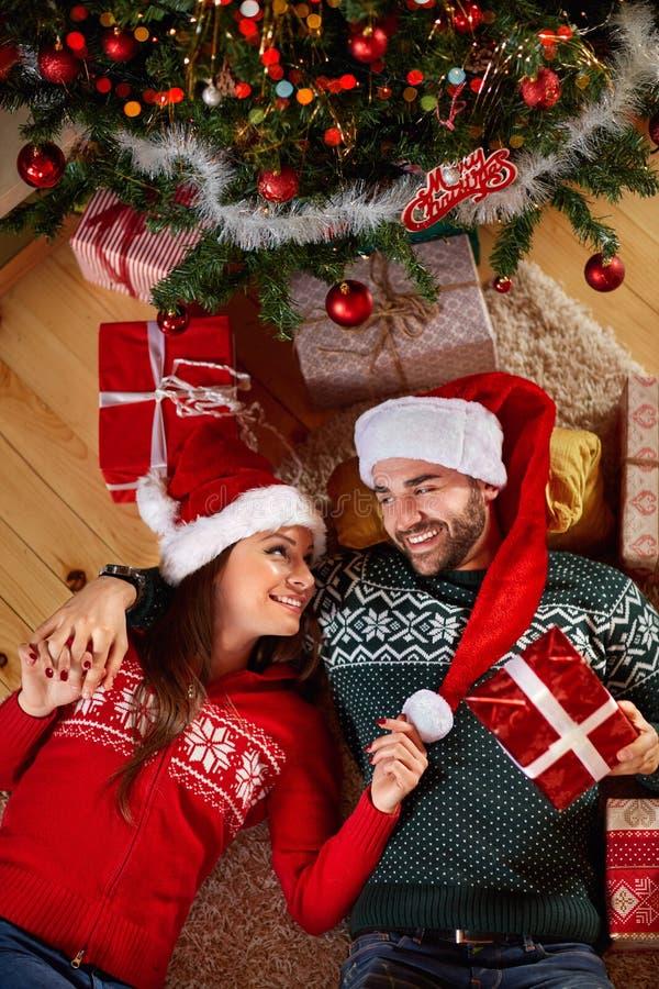 Couples appréciant sous l'arbre de Noël photos libres de droits