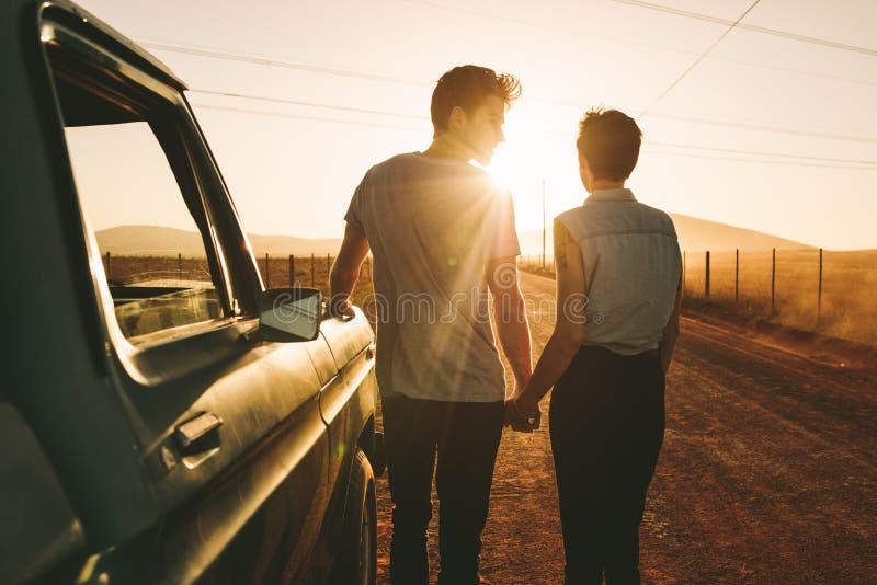 Couples appréciant sur un voyage par la route image stock