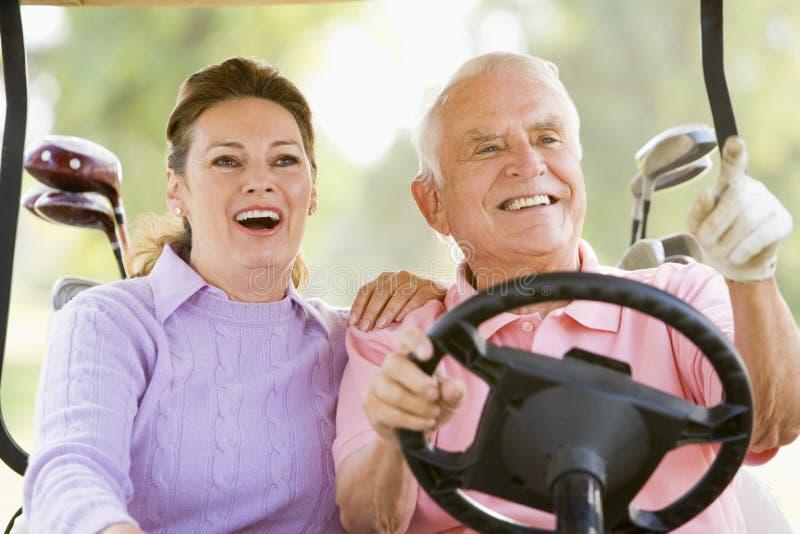 Couples appréciant un jeu du golf images libres de droits
