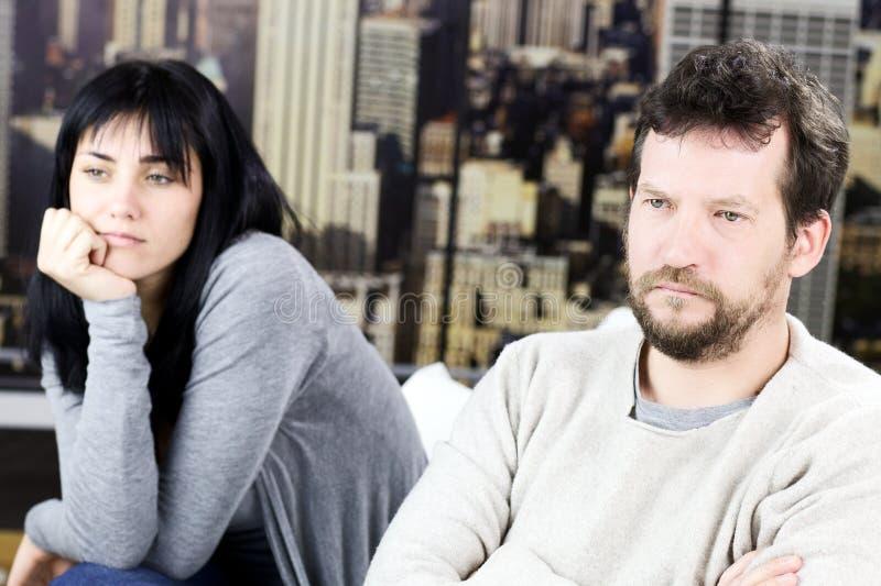 Couples après le combat fâché à la maison à New York photo libre de droits