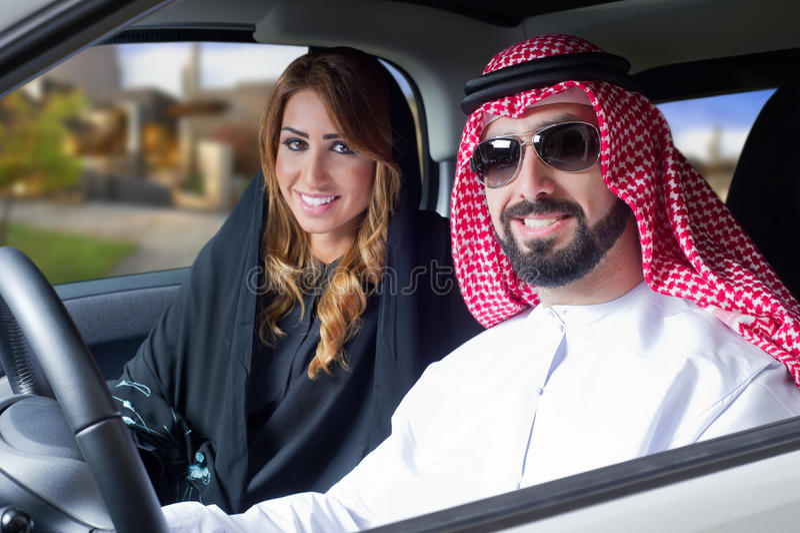 Couples Arabes dans un véhicule newely acheté photographie stock