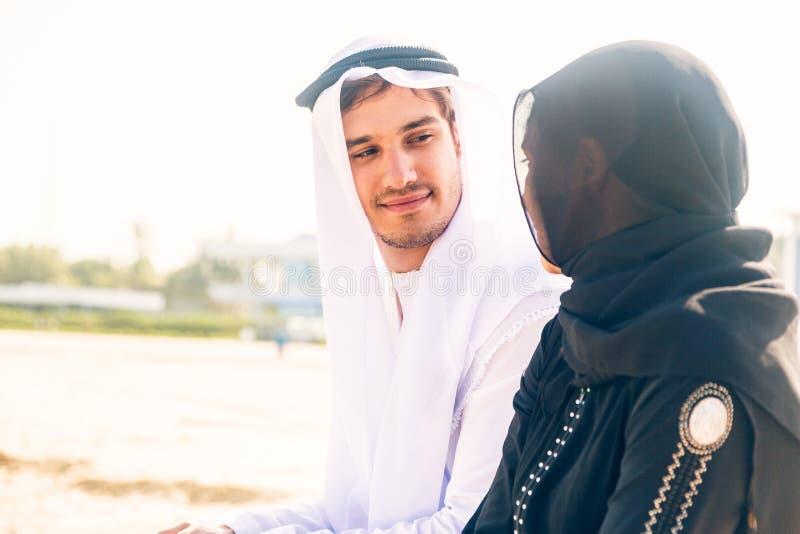 Couples Arabes se reposant sur la plage photos libres de droits