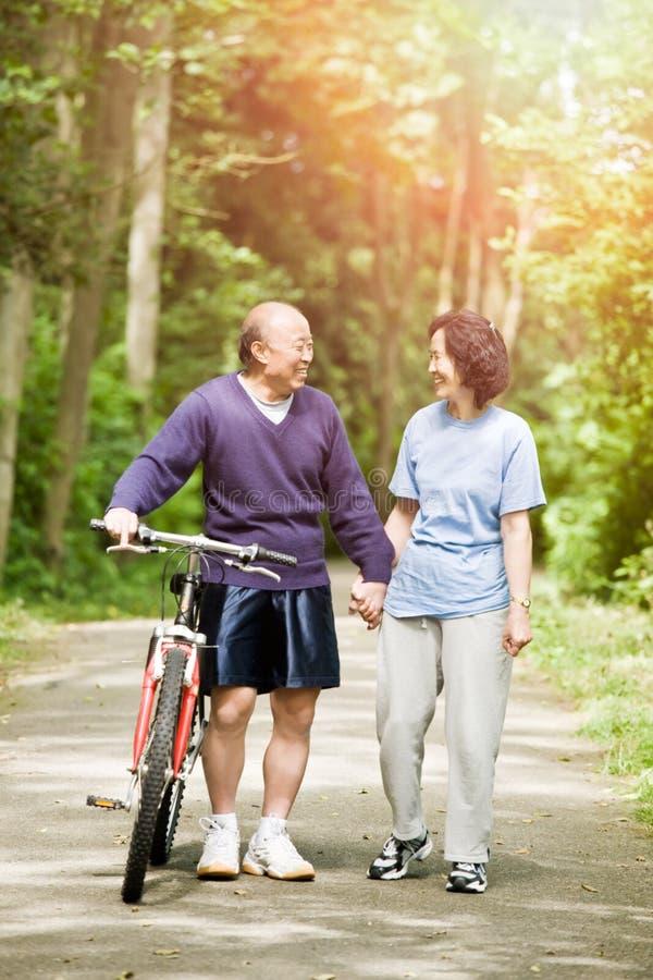 Couples asiatiques actifs aînés photo libre de droits