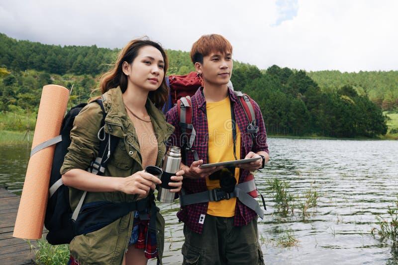 Couples asiatiques appréciant augmentant le voyage images libres de droits