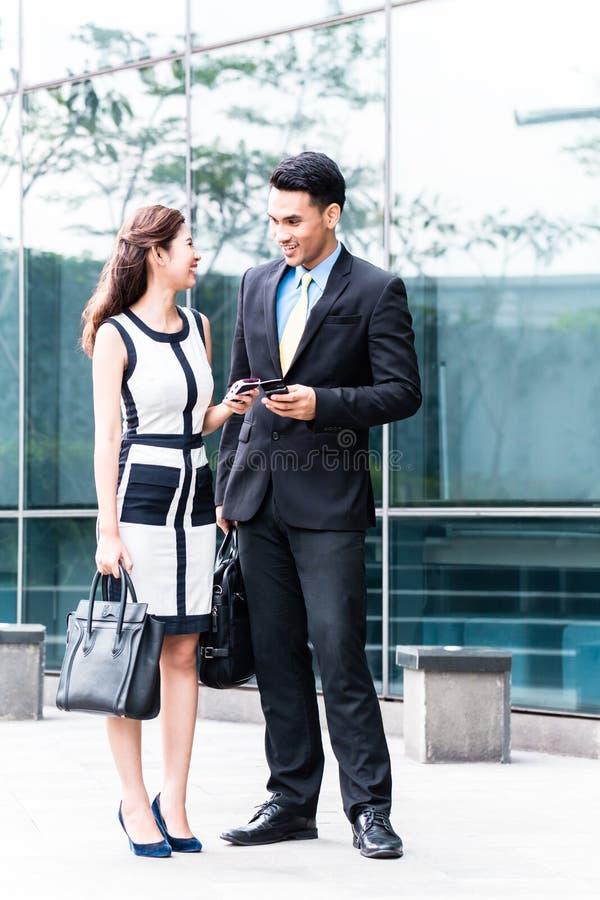 Couples asiatiques d'affaires allant travailler photos libres de droits