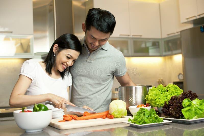 Couples asiatiques dans la cuisson de cuisine photo libre de droits