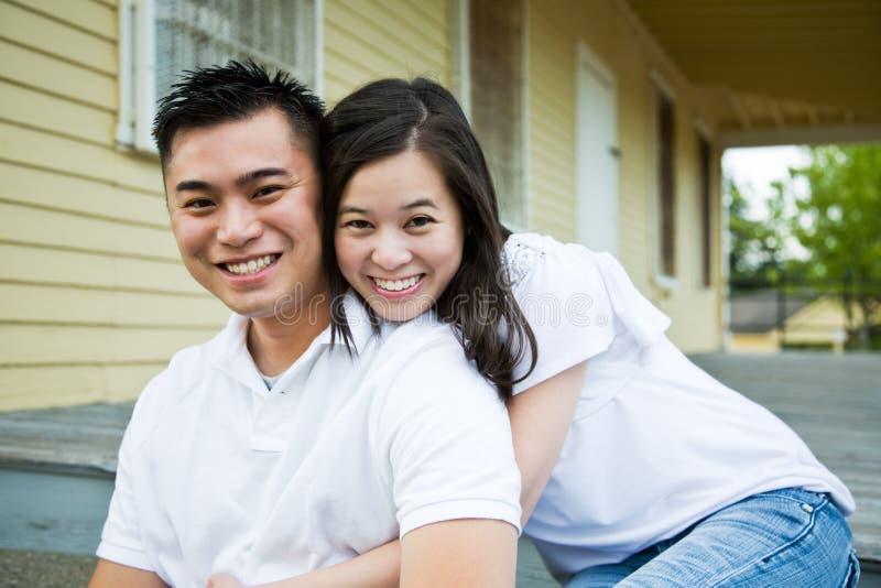 Couples asiatiques devant leur maison photos libres de droits