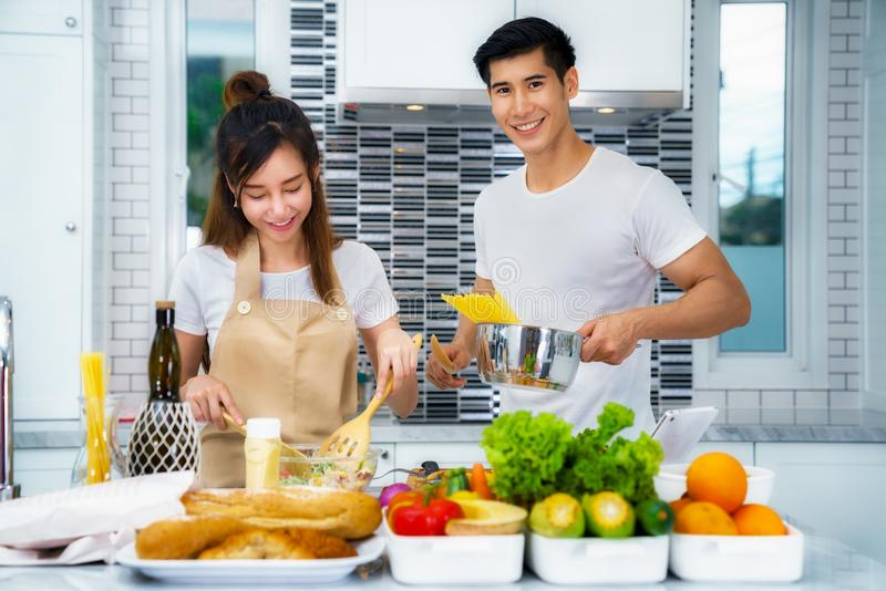 Couples asiatiques faisant cuire pour la nourriture et la salade photos libres de droits