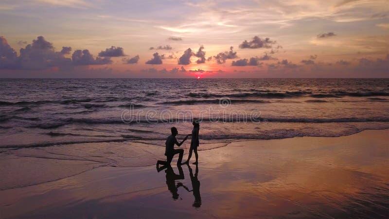 Couples asiatiques heureux datant à la plage pendant le voyage de lune de miel de voyage des vacances de vacances dehors Océan ou photos libres de droits