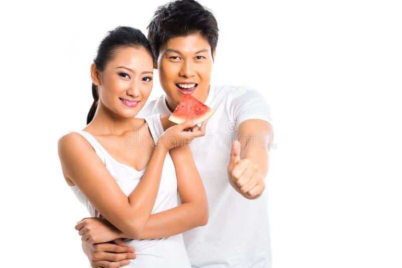 Couples asiatiques mangeant et vivant sain photographie stock