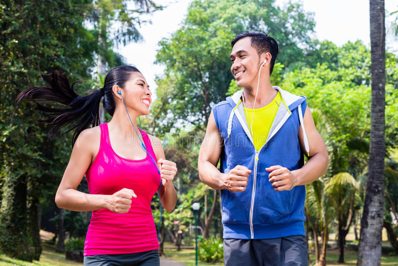 Couples asiatiques pulsant ou fonctionnant en parc pour la forme physique photographie stock