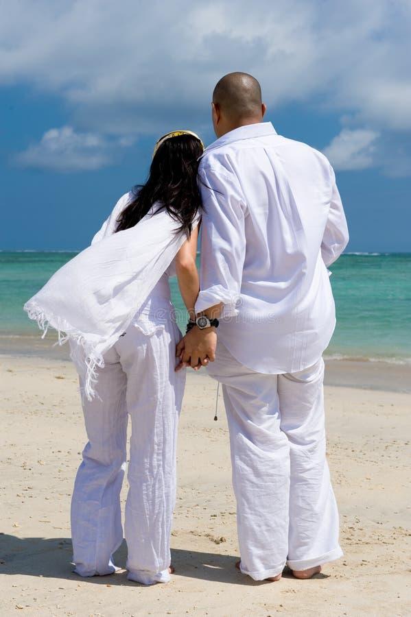 Couples asiatiques romantiques à la plage photographie stock libre de droits