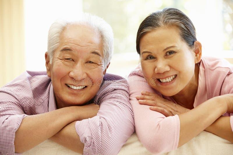 Couples asiatiques supérieurs à la maison photographie stock libre de droits