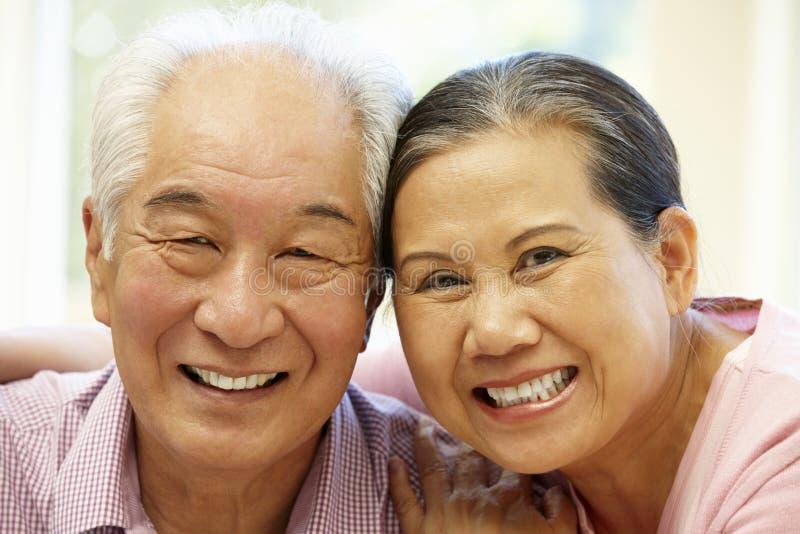Couples asiatiques supérieurs à la maison image stock