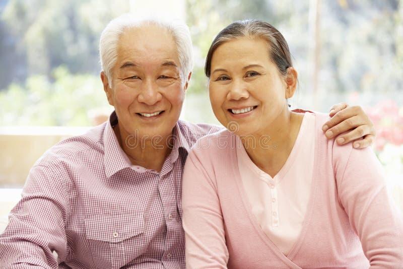 Couples asiatiques supérieurs à la maison photographie stock