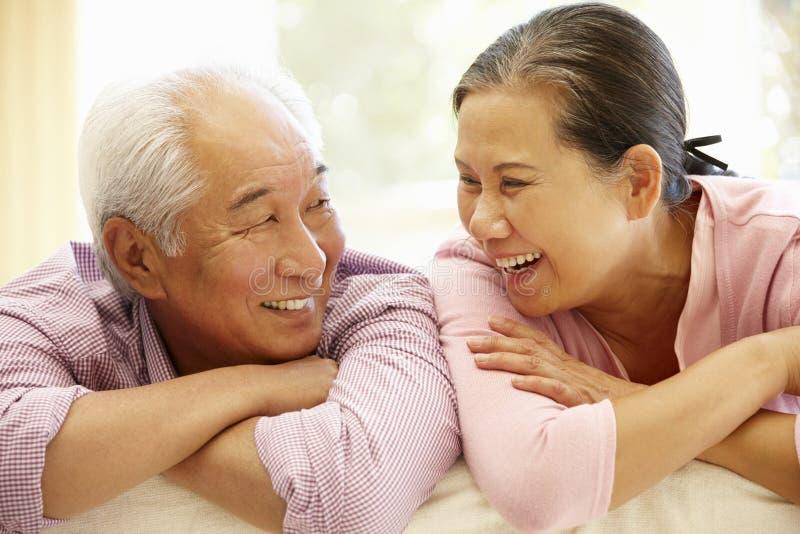 Couples asiatiques supérieurs à la maison photo stock