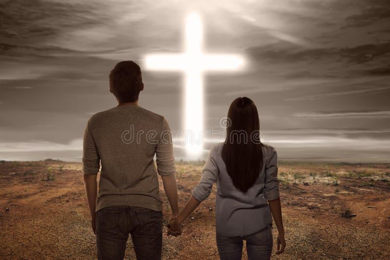 Couples asiatiques tenant la main semblant la forme croisée lumineuse photos stock