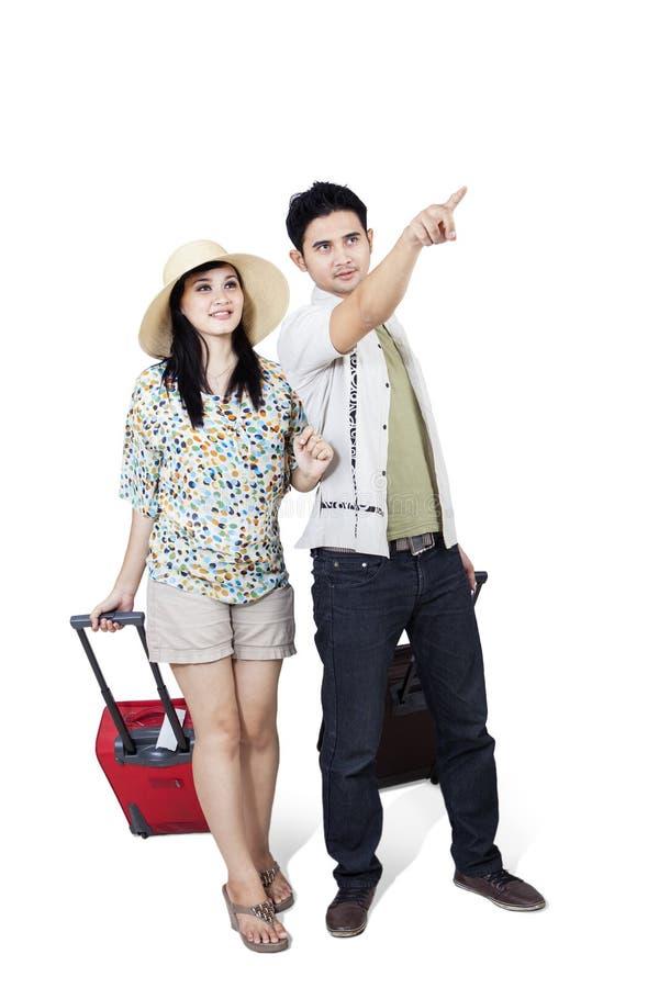 Couples asiatiques voyageant sur le blanc images stock