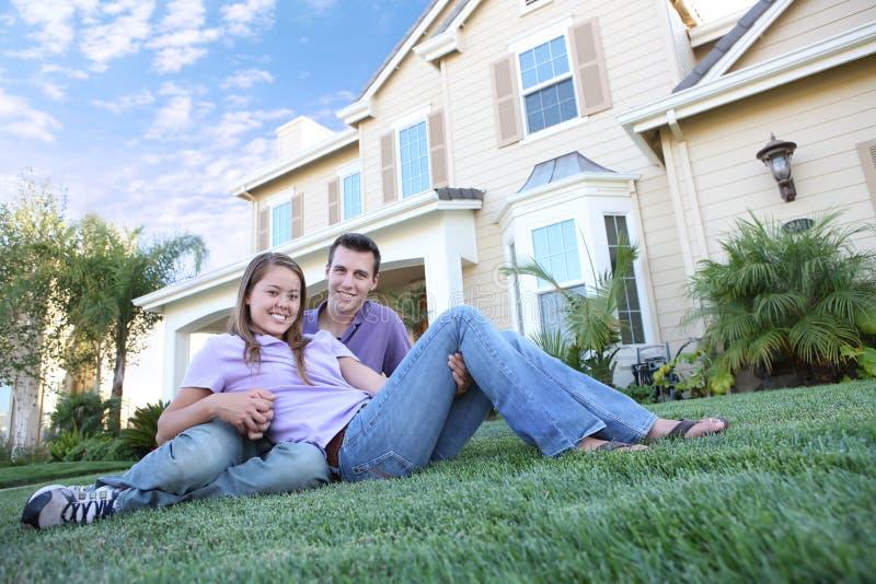 Couples attrayants à la maison photo libre de droits