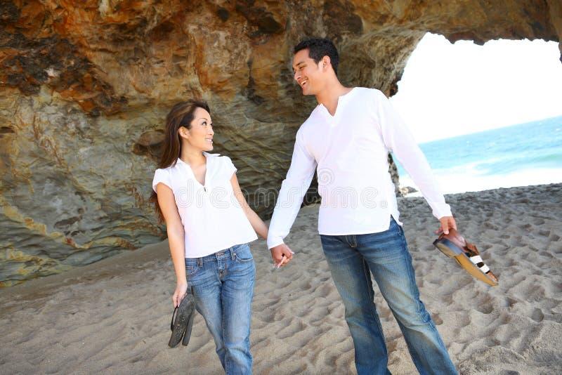 Couples attrayants à la plage photographie stock