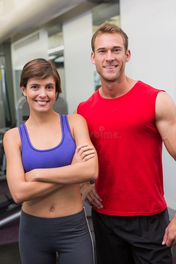 Couples attrayants convenables souriant à l'appareil-photo images libres de droits
