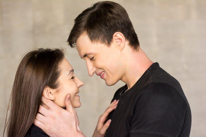 Couples attrayants de jeunes amants photographie stock libre de droits