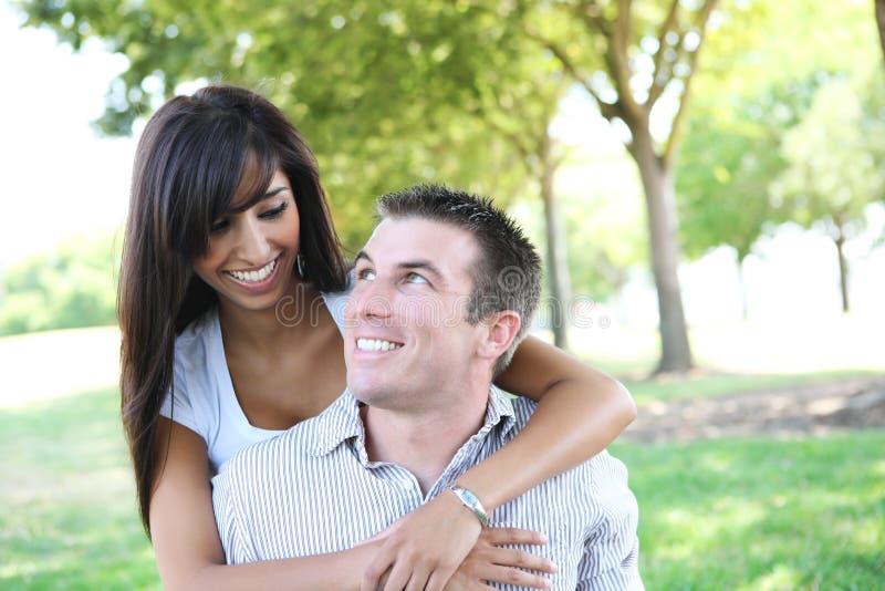 Couples attrayants en stationnement photographie stock