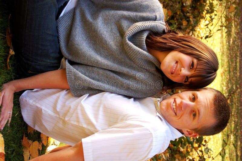 Couples attrayants en stationnement photos libres de droits