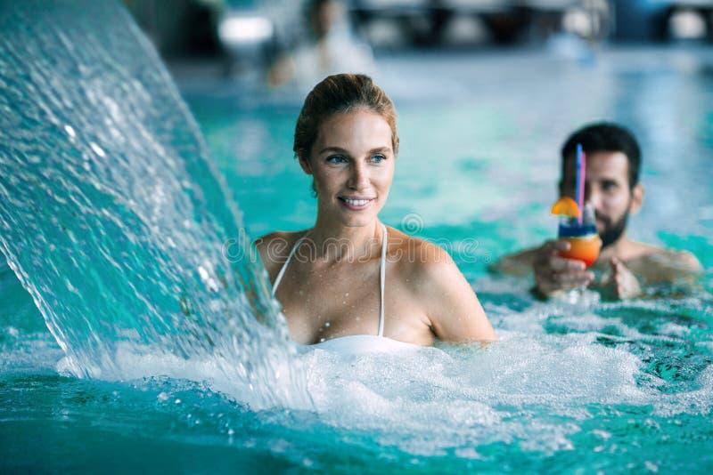 Couples attrayants heureux détendant dans la piscine photo stock