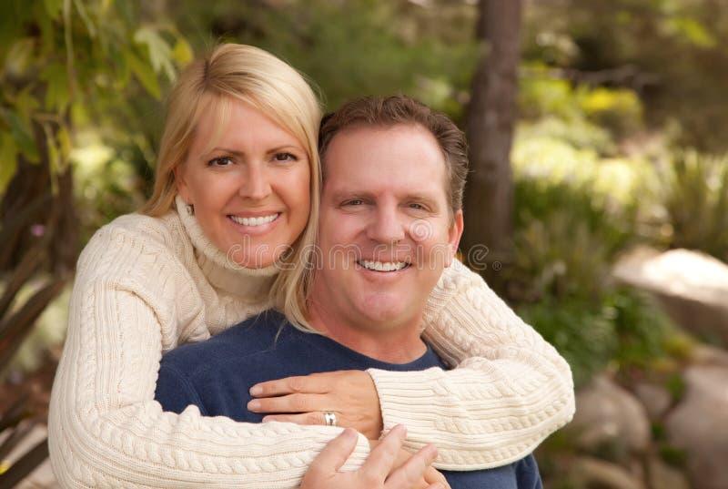 Couples attrayants heureux en stationnement photographie stock