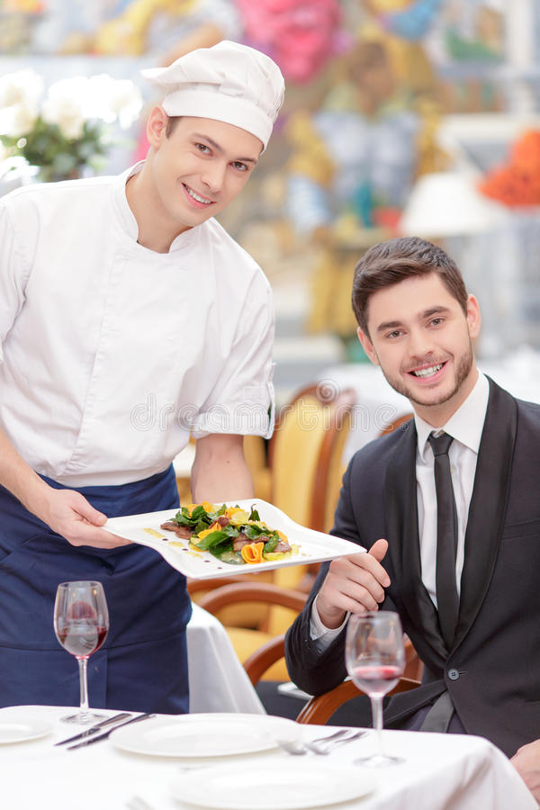 Couples attrayants visitant le restaurant de luxe photo stock
