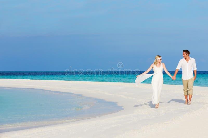 Couples au beau mariage de plage photographie stock