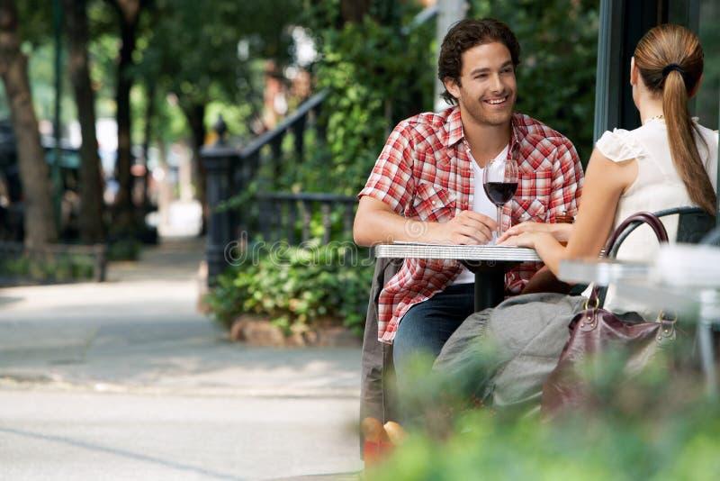 Couples au café de trottoir photographie stock