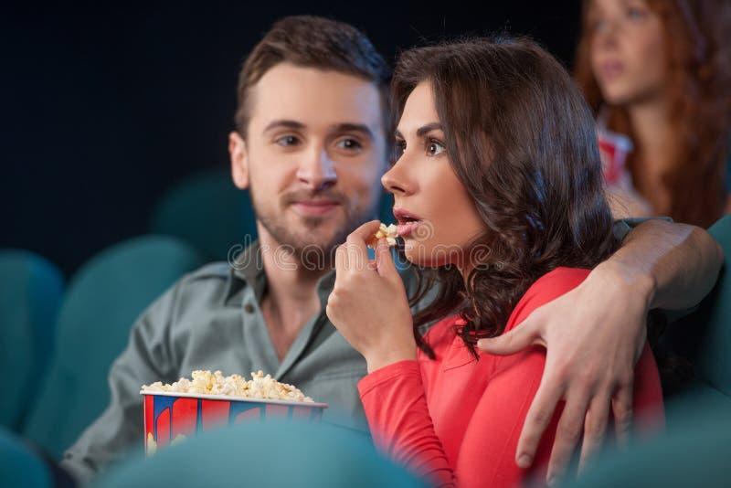 Couples au cinéma. photographie stock