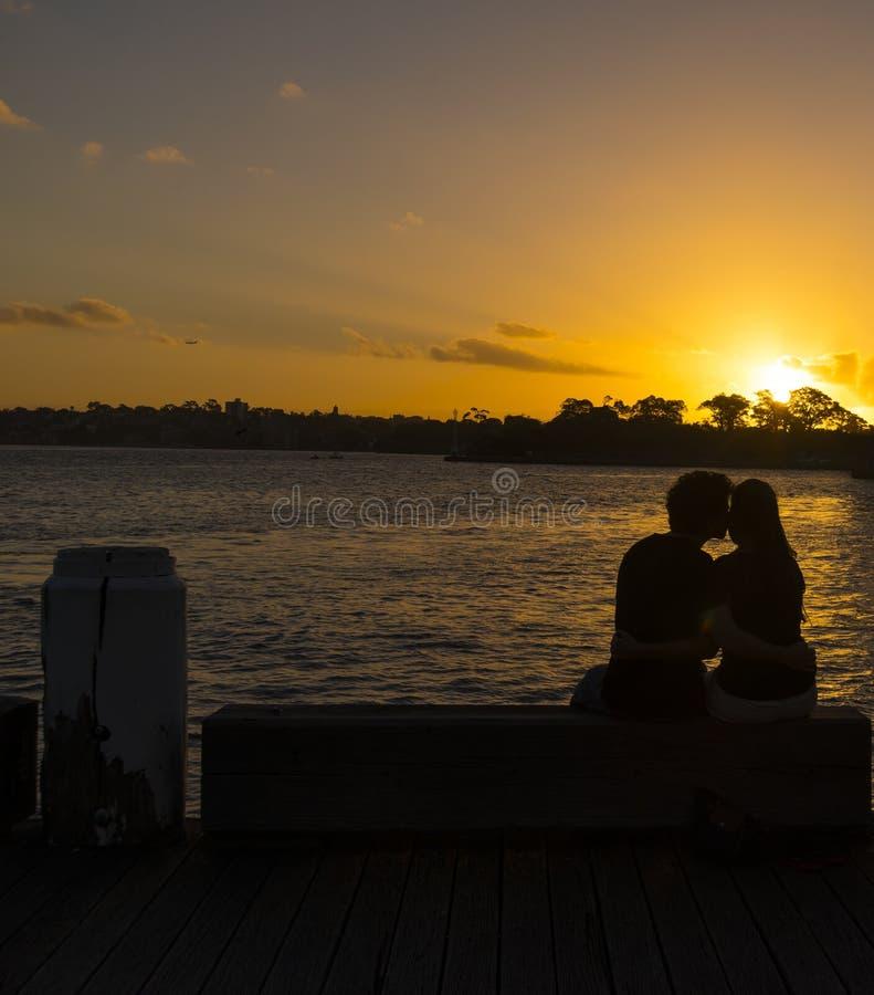 Couples au coucher du soleil image stock
