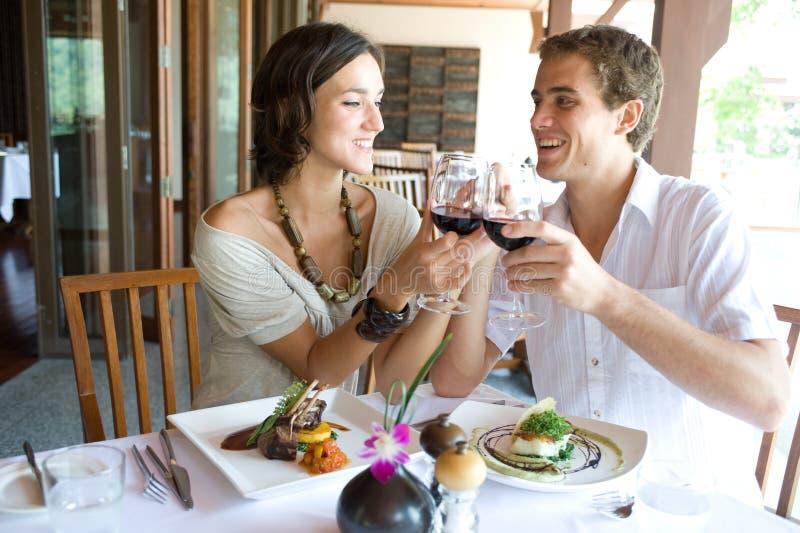Couples au dîner images stock