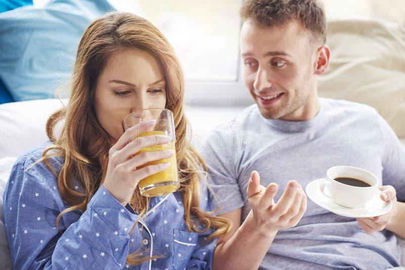 Couples au lit images libres de droits