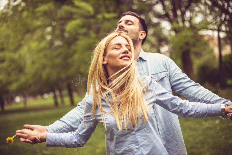 Couples au parc images stock