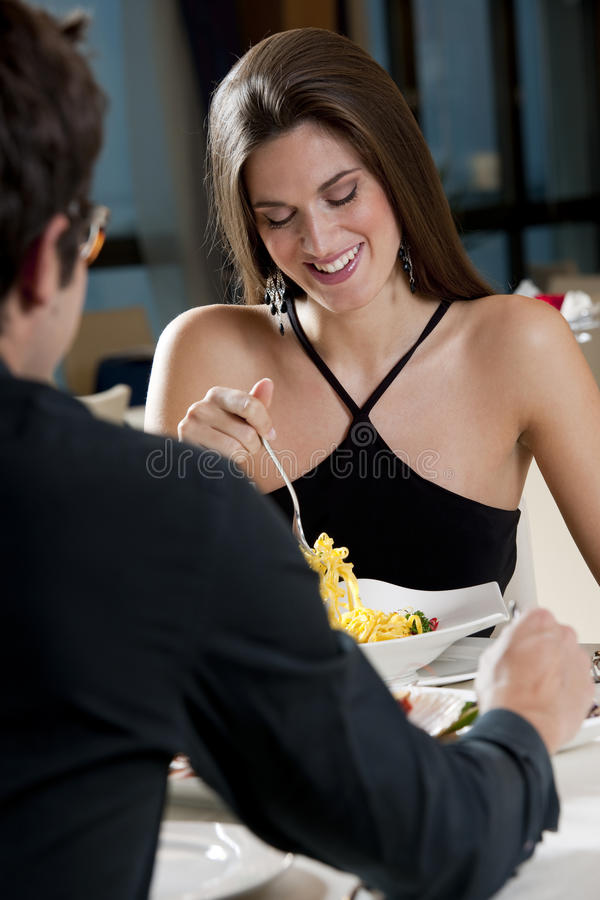 Couples au restaurant photographie stock libre de droits