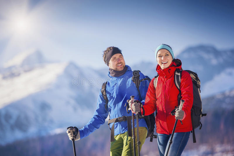 Couples augmentant dehors en nature d'hiver images stock