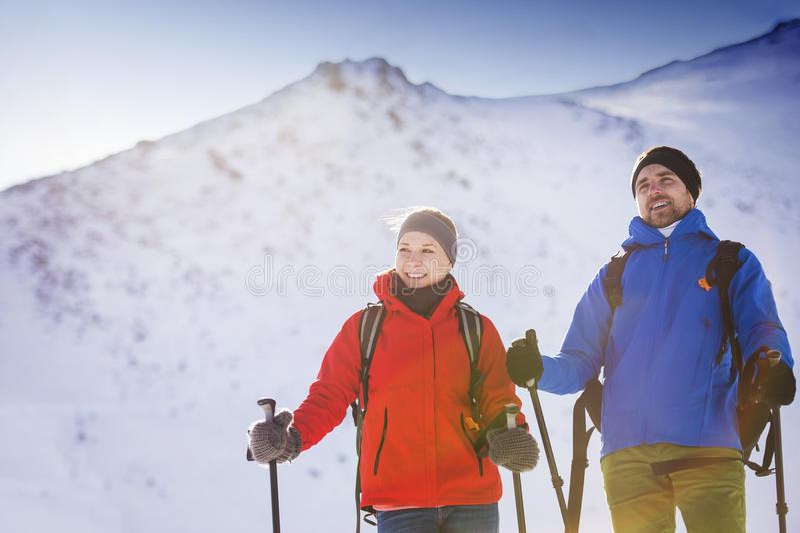 Couples augmentant dehors en nature d'hiver photos stock