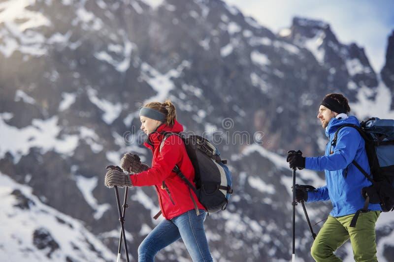 Couples augmentant dehors en nature d'hiver photos libres de droits