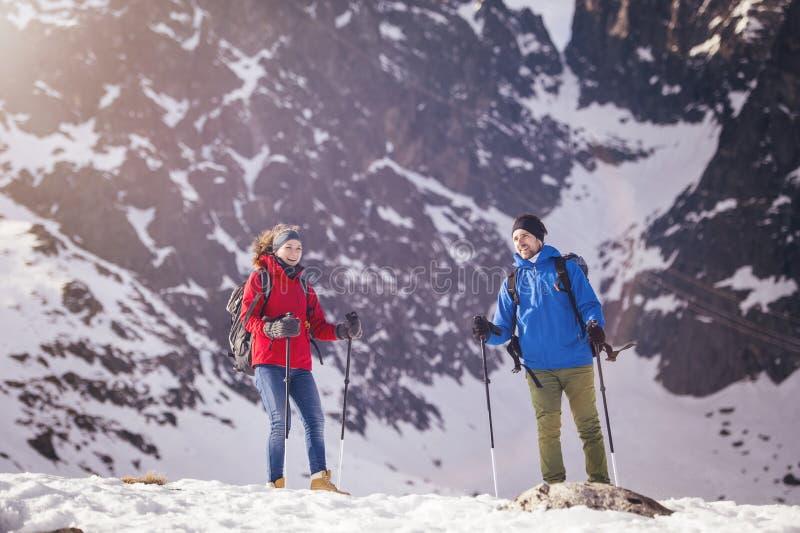 Couples augmentant dehors en nature d'hiver photographie stock libre de droits